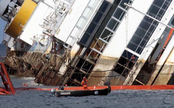 Tareas de reflotamiento del 'Costa Concordia'.