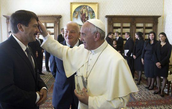 El Papa bendice al presidente de Hungría este viernes.