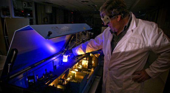 Un científico trabaja en un laboratorio de física del CSIC.