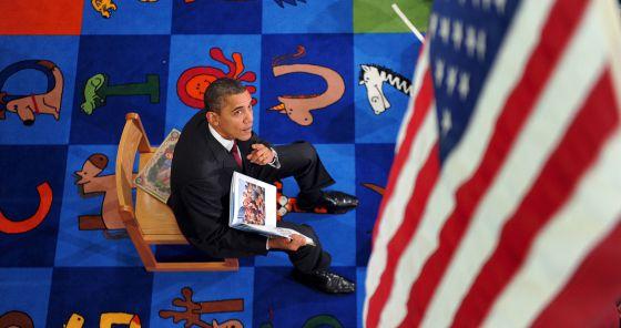 Obama muestra un ejemplar de su libro infantil 'Of Thee I Sing', dedicado a sus hijas