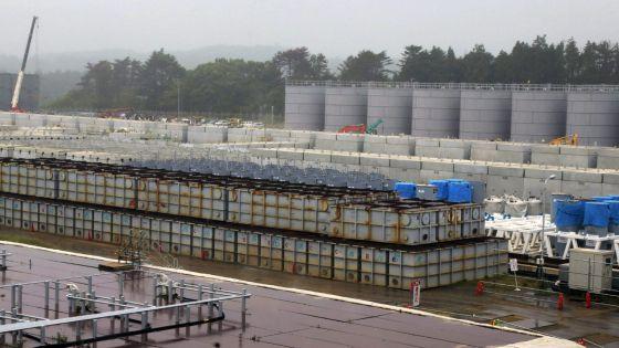 Tanques de agua radioactiva en la central nuclear de Fukushima. / EFE