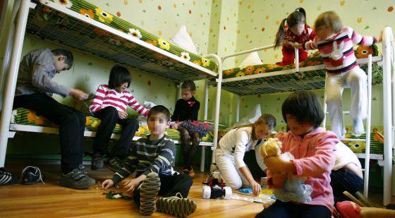 Niños huérfanos juegan en el centro de menores donde viven en Rostov (Rusia).
