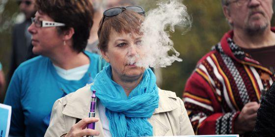 Una mujer utilizando un cigarrillo electrónico durante una manifestación a favor de su uso.