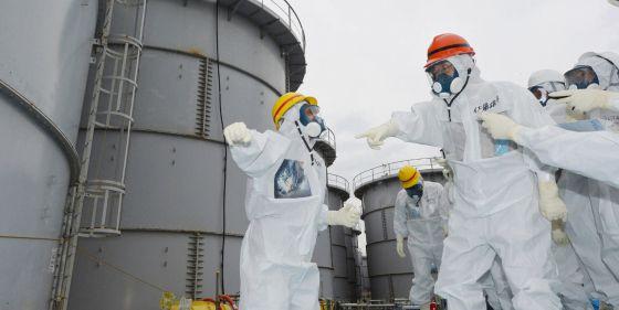 El gobernador de Fukushima inspecciona uno de los tanques de la central a comienzos de esta semana.