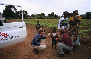 Médicos sin Fronteras atiende a varios niños en Angola.
