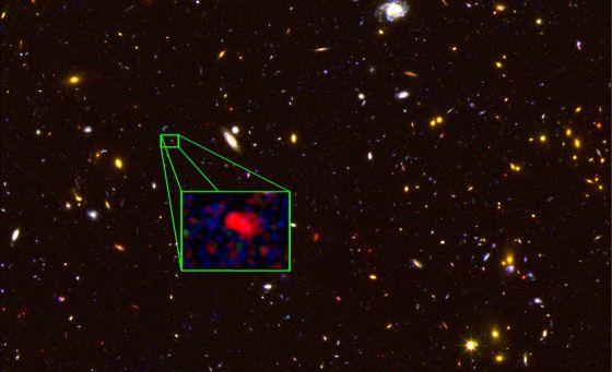 Imagen captada por el telescopio 'Hubble' de la región del cielo donde está la galaxia z8-GND-5296 (ampliada), que es la más lejana confirmada hasta ahora. / V. TILVI (TEXAS A&M) / S. FINKELSTEIN (UT AUSTIN) /CANDELS TEAM /HST/NASA