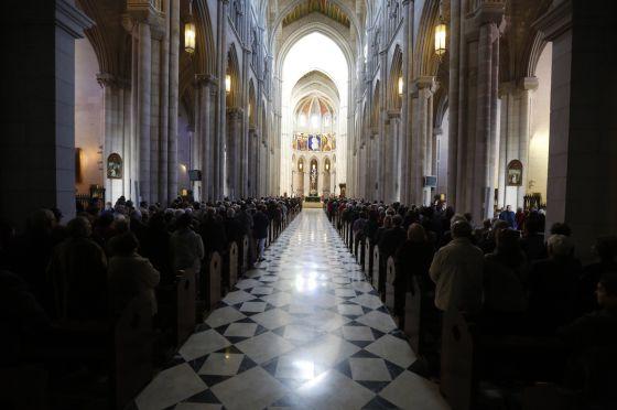 La Catedral de La Almudena de Madrid, ayer durante la misa en honor de la patrona.  Carlos Rosillo.
