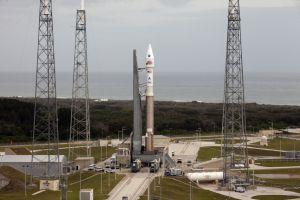 El cohete Atlas V, con la sonda 'Maven', en la base de lanzamiento de Cabo Cañaveral (Florida).