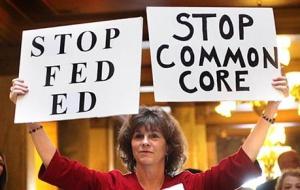Una mujer muestra su oposición al programa educativo Common Core.