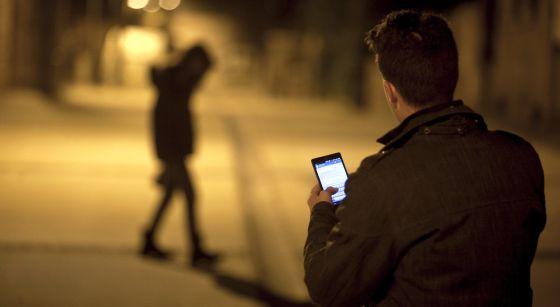 Las nuevas tecnologías también sirven para vigilar y recortar la libertad en las relaciones de pareja, sobre todo entre los jóvenes.
