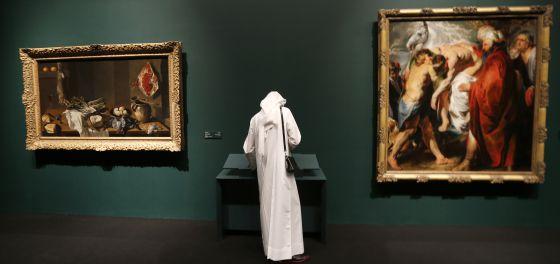 Un visitante observa varios cuadros de la colección permanente que alojará el futuro museo Louvre Abu Dabi.