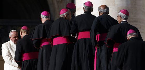 El Papa se reúne con los obispos tras su audiencia semanal en el Vaticano.