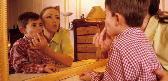 Recreación con modelos de un momento de trabajo con un niño disléxico.