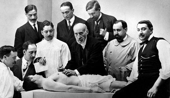 Clase de anatomía de Santiago Ramón y Cajal (centro) en 1915.