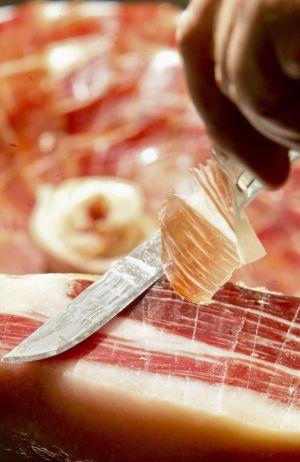 La nueva ley prohibirá, por ejemplo, poner en la etiqueta de un jamón un cerdo bajo una encina si se ha criado en una granja.
