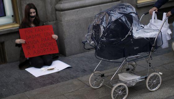 Una activista del derecho al aborto, ayer en una calle de Madrid.