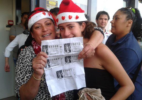 Dos agraciadas con fotocopias del número agraciado con el segundo premio en Granadilla de Abona.
