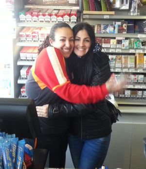 Yasmina e Itahisa, trabajadoras de una de las gasolineras que vendió el segundo.