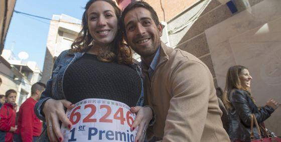 Pedro Jesús y Noelia, embarazada de seis meses, han sido agraciados con el Gordo en Bailén.
