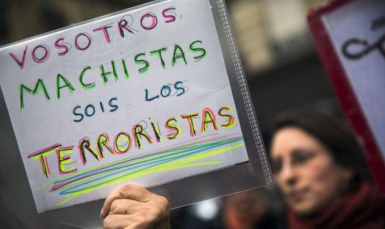 Una mujer sostiene un pancarta en contra de la reforma de la ley del aborto, en París.