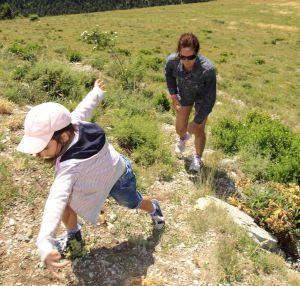 Madre e hija realizan una ruta senderista en el Parque Natural Cadí-Moixeró de Cataluña.