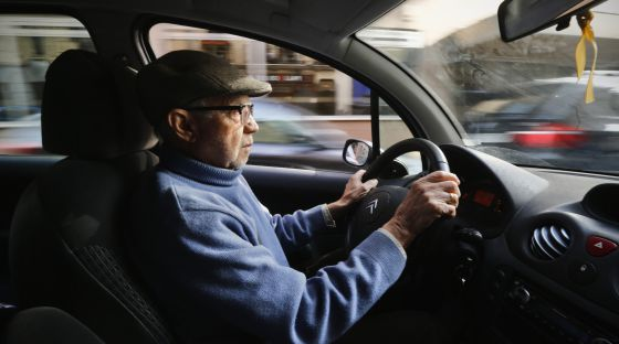 Un jubilado conduce por el centro de Madrid.