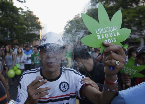 Un hombre celebra la regulación de la marihuana en Uruguay.