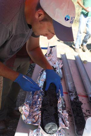 El microbiólogo Matt Schrenk toma muestras de rocas extraídas en una perforación cerca de un lago en California.