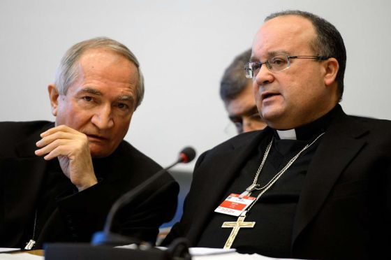 El embajador del Vaticano en la ONU, Silvano Tomasi (izquierda) antes de su comparecencia en ante el Comité de los Derechos del Niño.