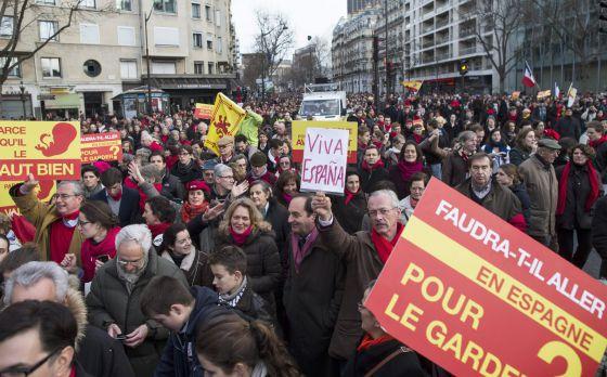Manifestantes antiabortistas este domingo en París.