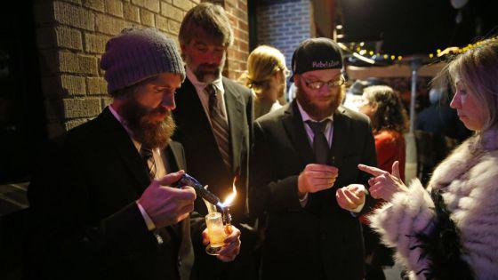 Asistentes a una fiesta de Año Nuevo fuman marihuana en Denver, Colorado, estado donde entró en vigor la legalización de su consumo recreativo.