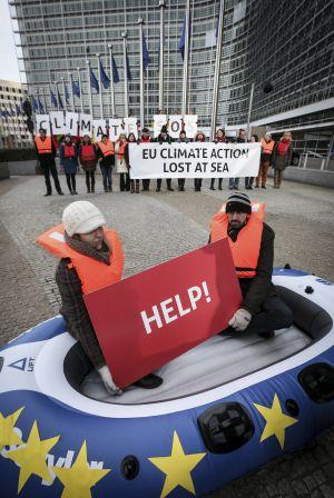 Un grupo de ecologistas protesta delante de la sede de la Comisión Europea en Bruselas este miércoles.
