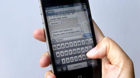 Un usuario utiliza el servicio de mensajería Whatsapp.