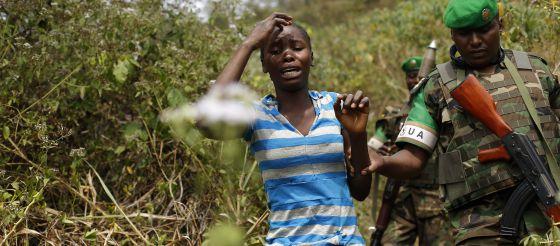 Una mujer aterrorizada camina a las afuertas de Bangui, capital de la República Centroafricana.
