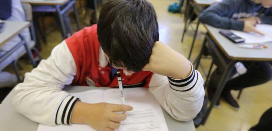 Alumnos de la Escola Pía de Sabadell (Barcelona) haciendo una prueba piloto de PISA.