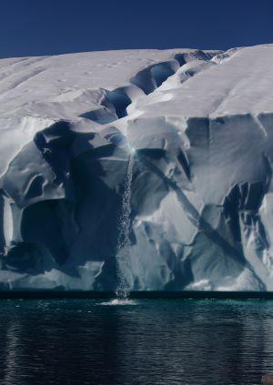 El hielo se funde por el calentamiento y forma una catarata sobre el océano en la Antártida.