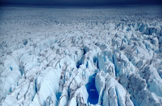 Un glaciar en la Antártida, fotografiado desde un helicóptero a 30 metros de altura.