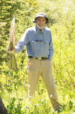 El biólogo Paul Ehrlich posa durante una salida al campo para cazar mariposas.