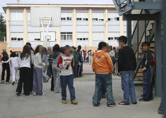 Imagen de archivo de un grupo de estudiantes durante un receso en el instituto.