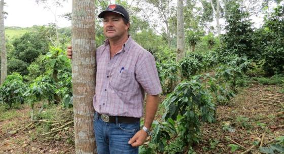 El caficultor Julio Hernández en su finca de Costa Rica.