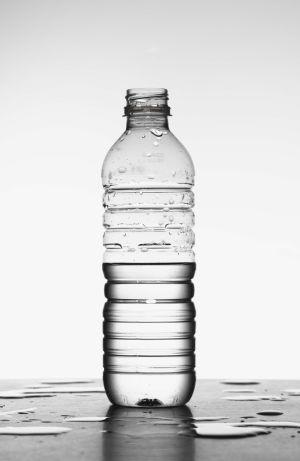 El el formaldehido es un carcinógeno presente, en pequeñas cantidades, en botellas de plástico de PET (tereftalato de polietileno).