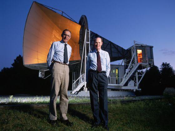 Arno Penzias (izquierda) y Robert Wilson, en 1993, ante la antena de los laboratorios Bell con la que descubrieron, en 1964, la radiación cósmica de fondo.