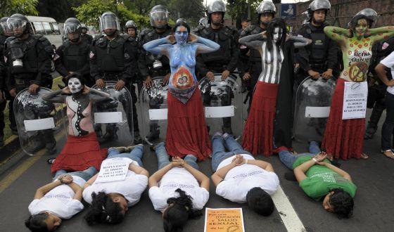 Mujeres salvadoreñas en una una protesta para exigir la despenalización del aborto en 2012.
