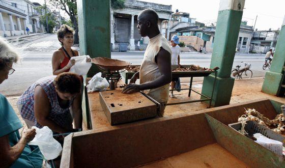 Cubanos comprar en un mercado poco abastecido en el barrio de Playa cen la Ciudad de La Habana.