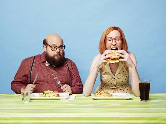 Recreación de una mujer y un hombre comiendo.