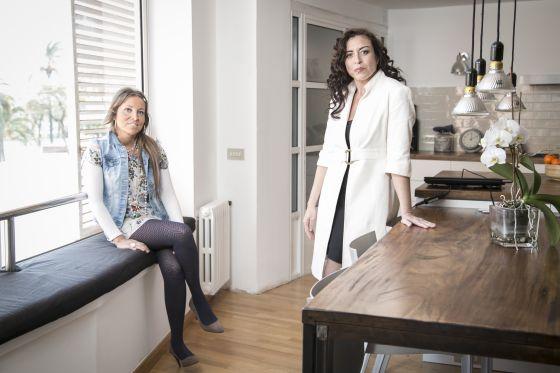 María Clemente (derecha), psicóloga especializada en neurorehabilitación, y Eva, asistente sexual de Tandem Team.