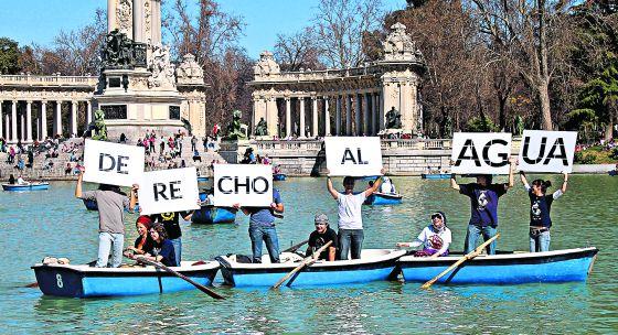 Participantes en las marchas por el derecho al agua del pasado fin de semana llevan su protesta al estanque del parque del Retiro de Madrid.