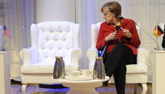 La presidenta alemana, Ángela Merkel, mira la silla vacía del presidente de EEUU, ayer, en una imagen tomada en La Haya.