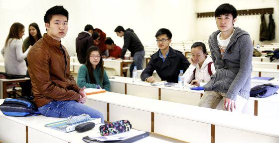 Estudiantes chinos en la Facultad de Comercio de la Universidad Complutense de Madrid. / CLAUDIO ÁLVAREZ / http://sociedad.elpais.com/
