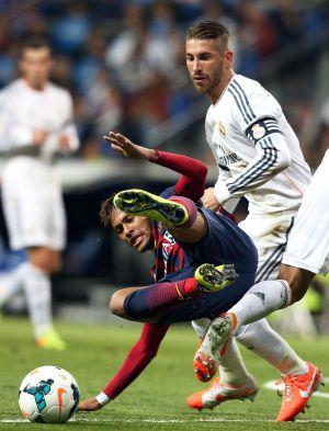 Neymar disputa un balón a Sergio Ramos en el último Real Madrid-Barcelona.